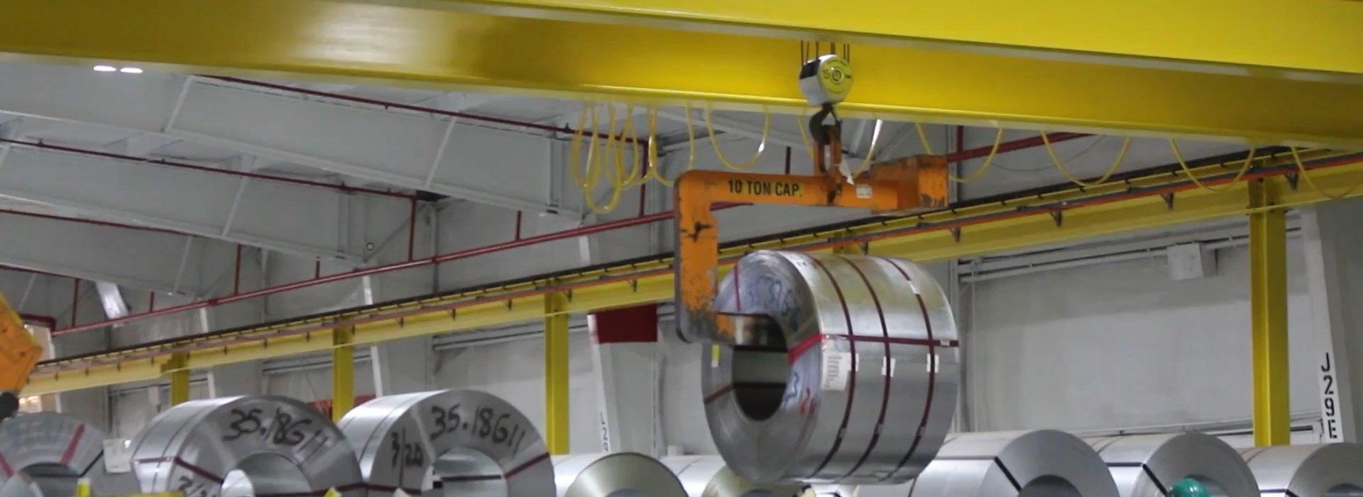 Cầu trục dầm đôi nâng kim loại trong nhà xưởng